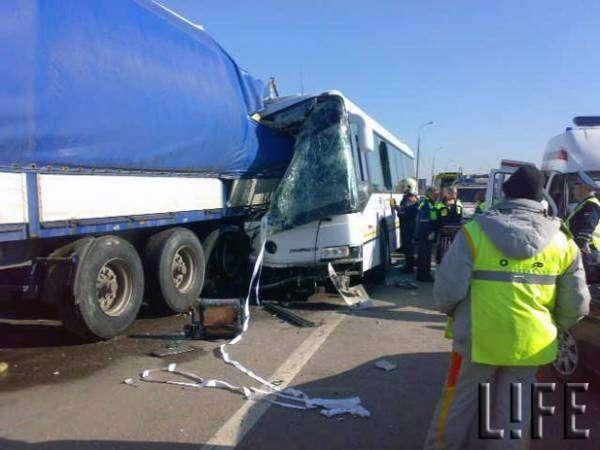 Автобус врезался в фуру в Москве. Двое погибших