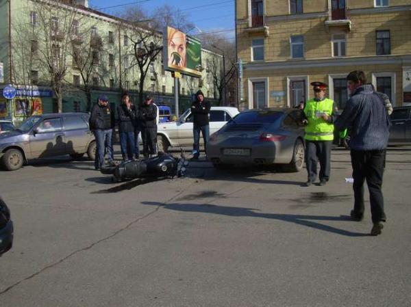 На улице Уральской в Перми мотоциклист протаранил автомобиль Порше - фото 1