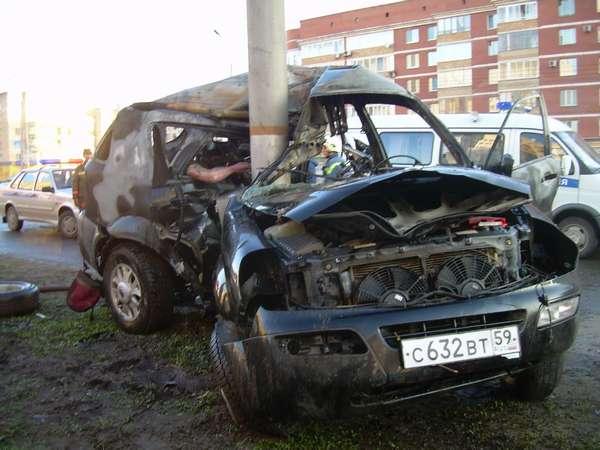 На средней дамбе в Перми сгорел внедорожник