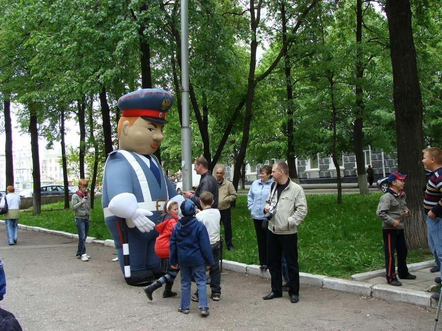 Дети павших сотрудников милиции Пермского края возложили цветы к мемориалу краевого ГУВД - фото 1