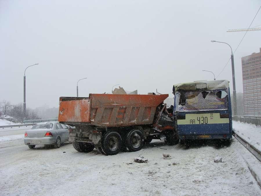 В Перми пьяный камазист врезался в маршрутный автобус - фото 1