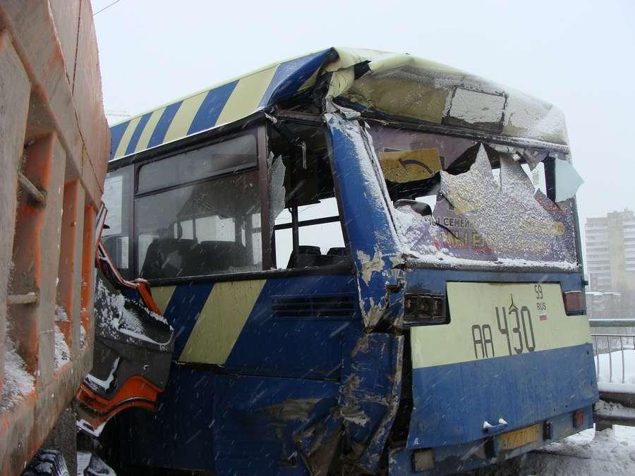 В Перми пьяный камазист врезался в маршрутный автобус - фото 5