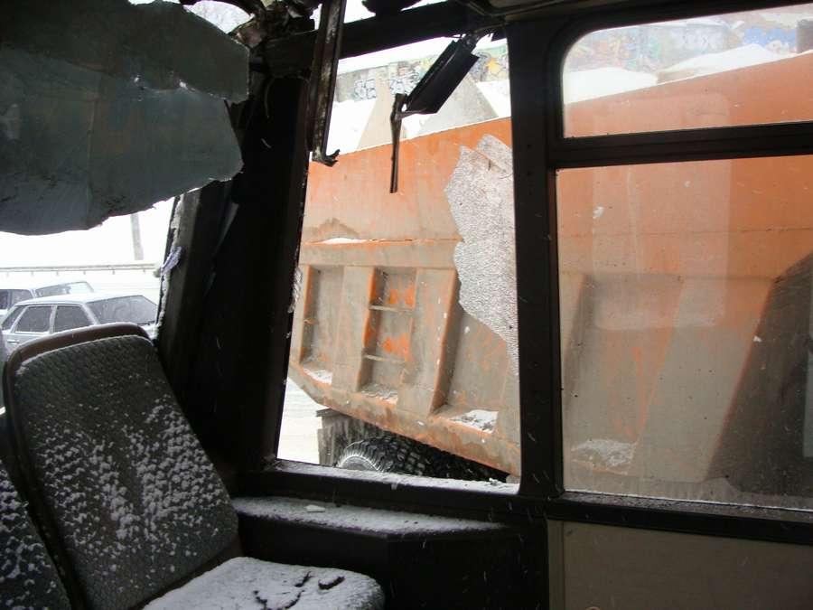 В Перми пьяный камазист врезался в маршрутный автобус - фото 14
