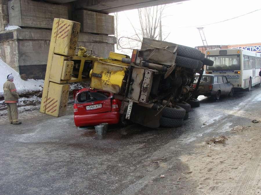 В Перми автокран придавил две легковушки