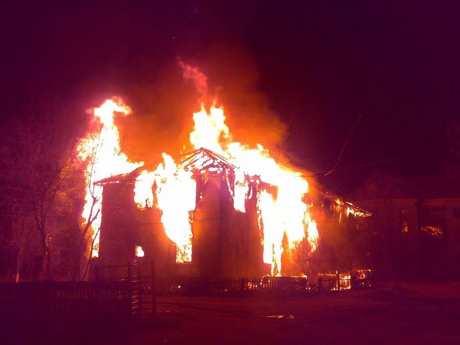 В Пермском крае ночью сгорел жилой 2-этажный дом