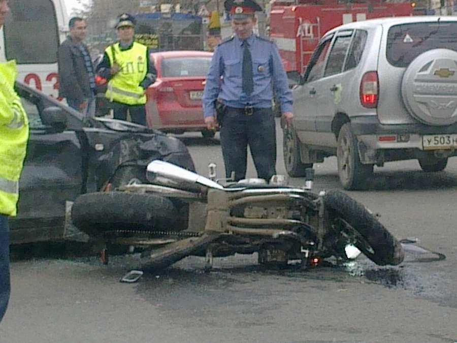 Вчера в Перми Форд сбил мотоциклиста - фото 1