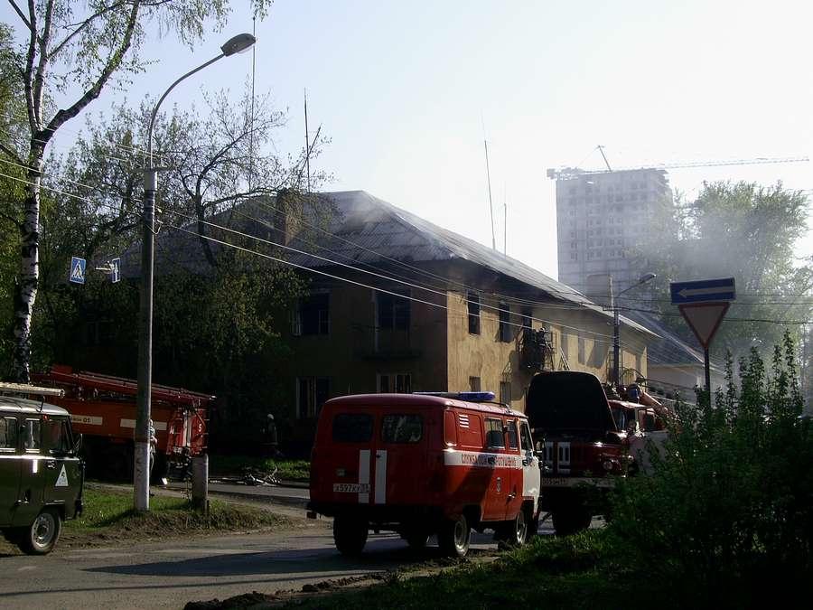 В Перми сегодня сгорел 2-этажный жилой дом - фото 1
