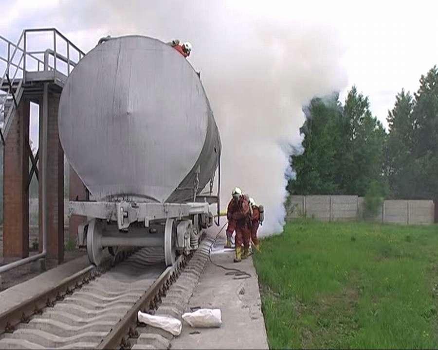 Сегодня пермские пожарные учились тушить нефть и спасаться от газов