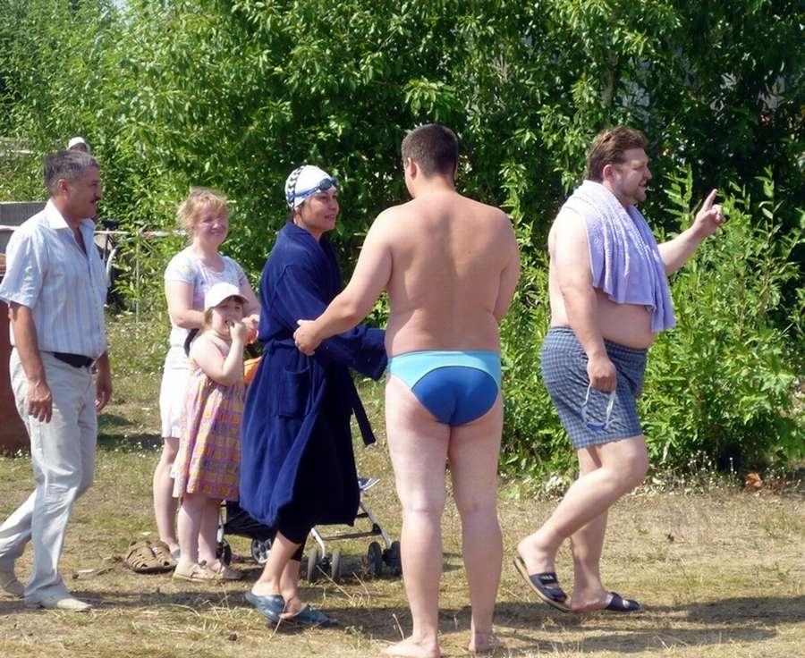 Кировский губернатор Никита Белых переплыл пруд и водрузил государственный флаг