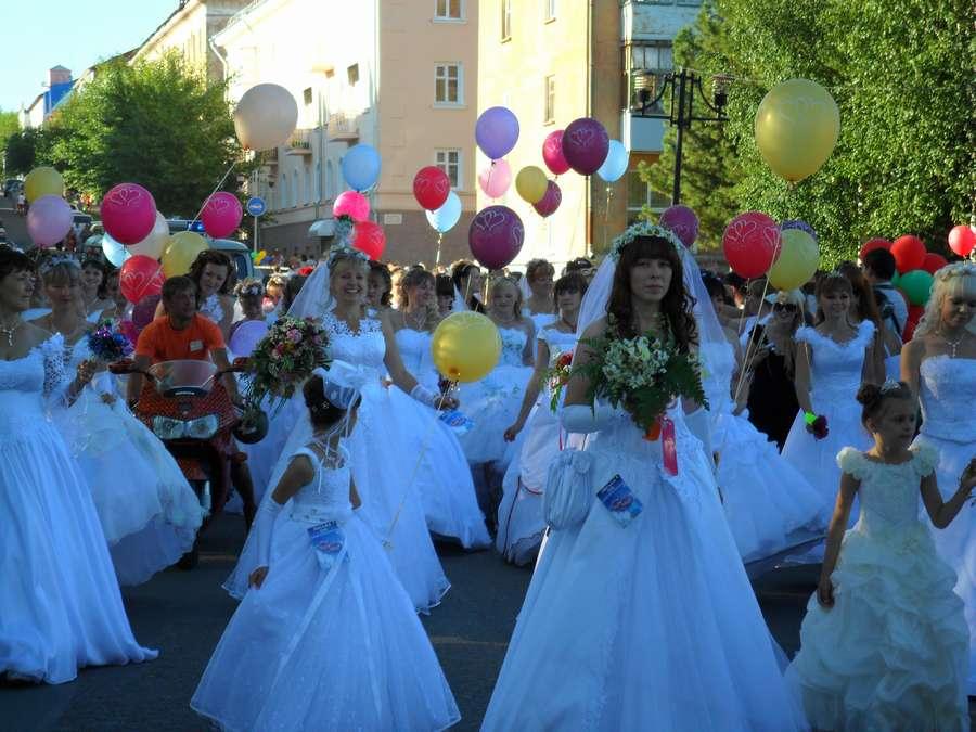 В Лысьве прошел парад невест - фото 4