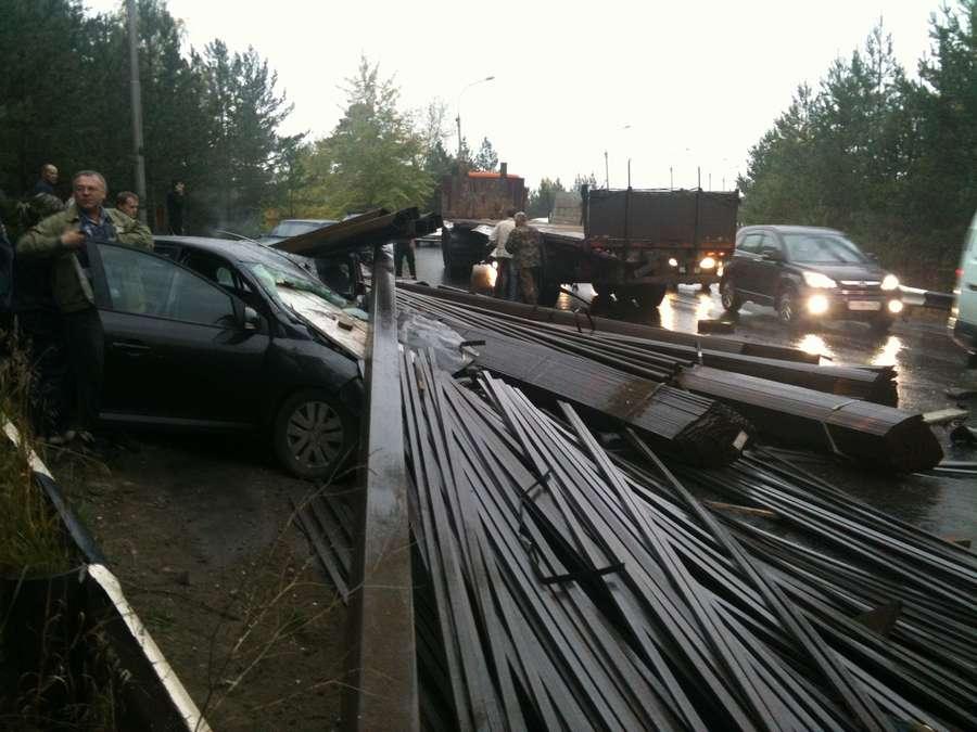 В Перми три машины были погребены сегодня под трубами
