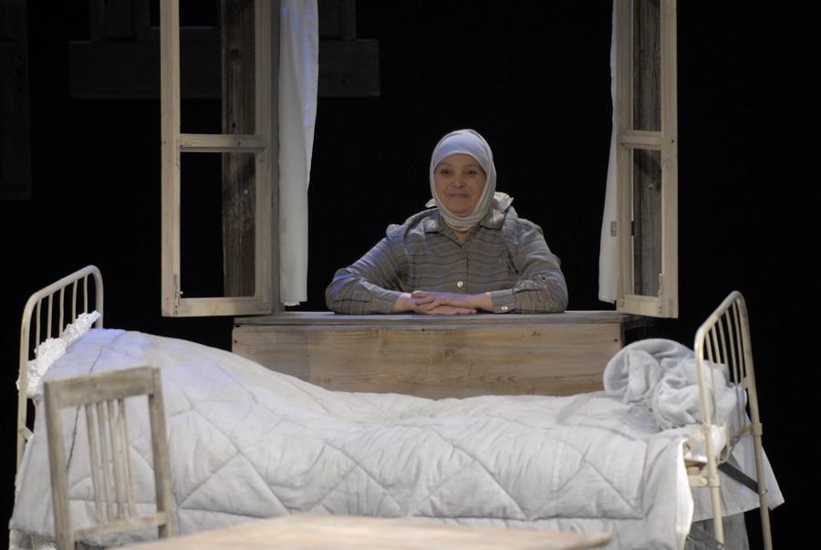 Пермская актриса Ирина Сахно репетирует на сцене, в гримерке и дома