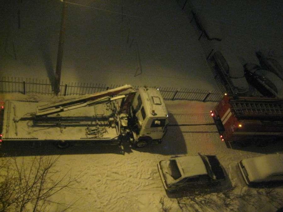 Пермским пожарным приходится бороться и со снегом - фото 1
