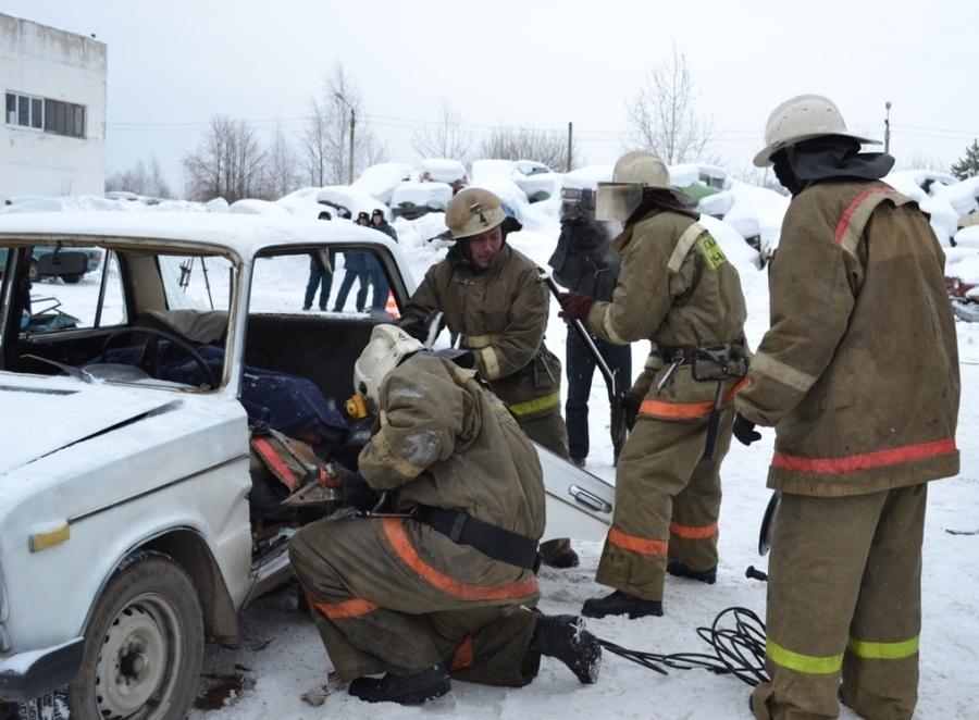В Перми пожарные соревновались в умении спасать пострадавших в ДТП