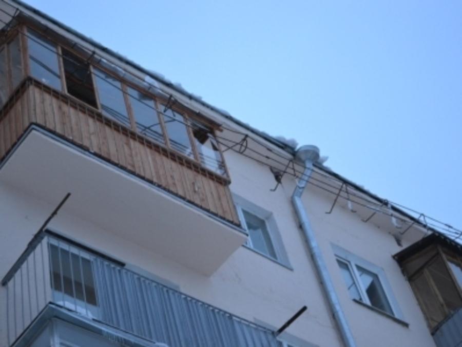 В одном из домов Перми снег сошел вместе с крышей