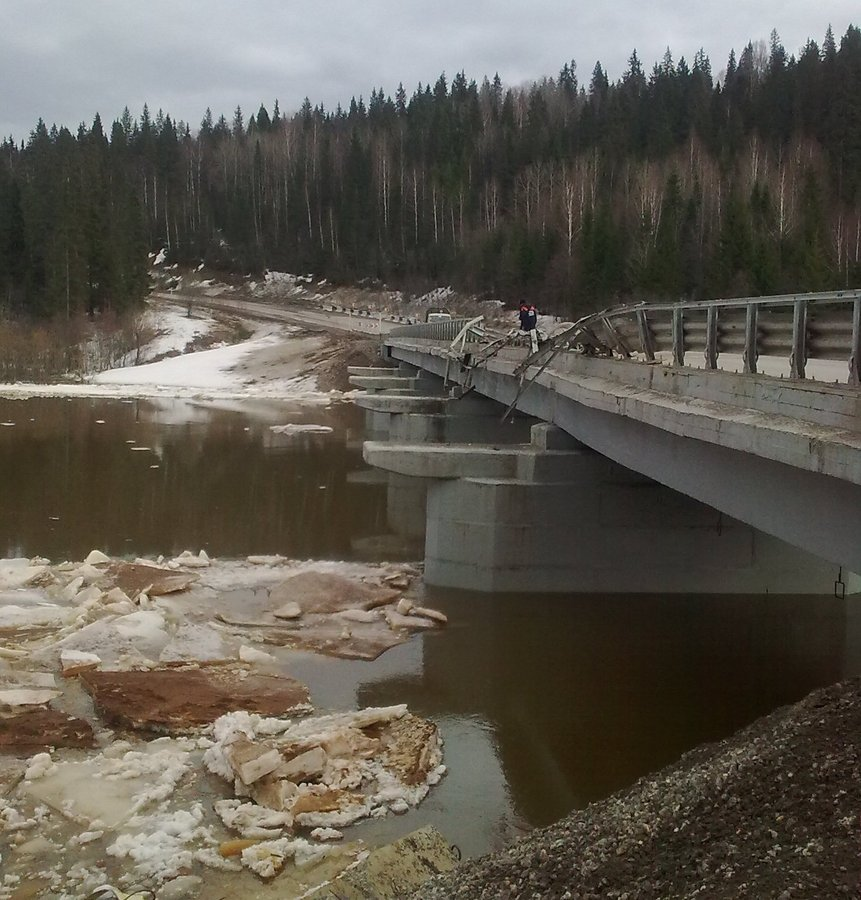 В Пермском крае упал с моста самосвал с щебнем