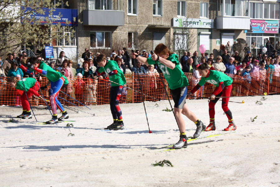 Сегодня в Чусовом лыжники соревновались в спринте — на снегу - фото 1