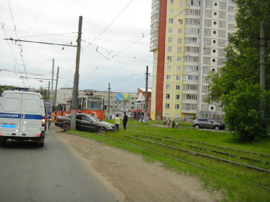 В Перми трамвай протаранил Мерседес