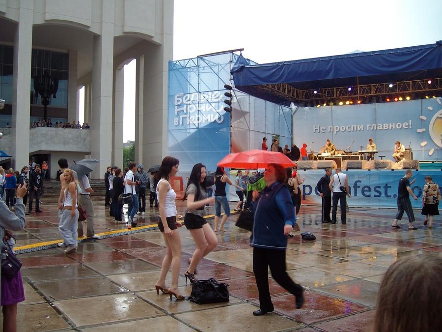 В Перми на концерте «зажигала» женщина под красным зонтом