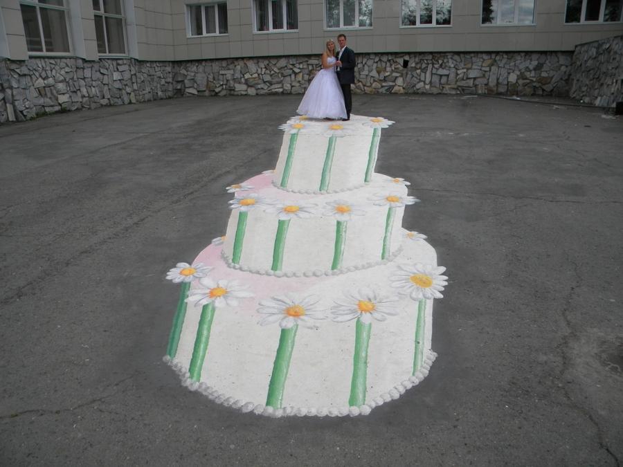 Молодожены ЗАТО Звездный фотографируются на верхушке торта