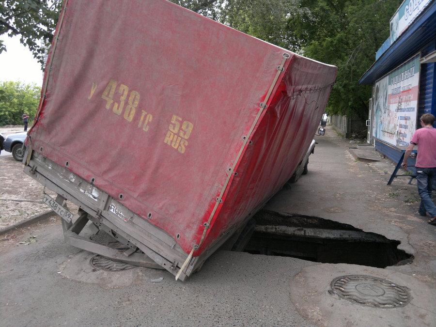 В Перми в очередной раз провалился асфальт - фото 1