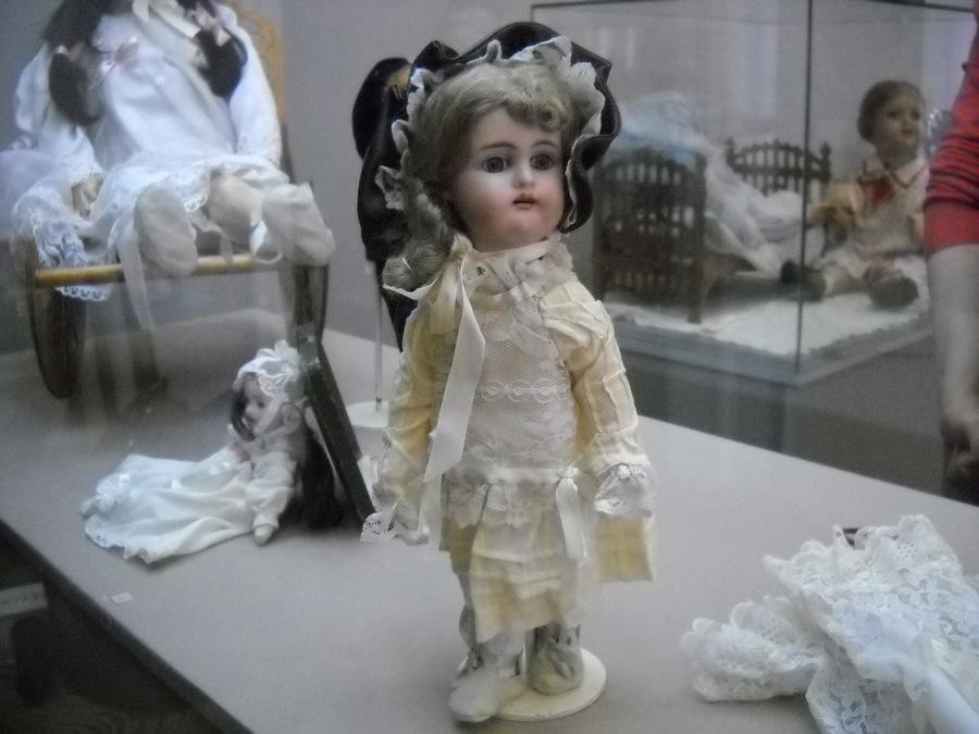 Пермские девочки не отказались бы поиграть со столетними куклами