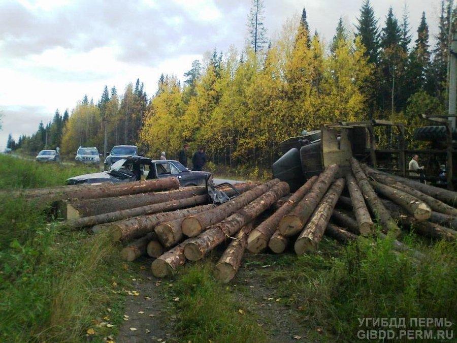 В Горнозаводском районе «четверка» перевернула лесовоз Урал