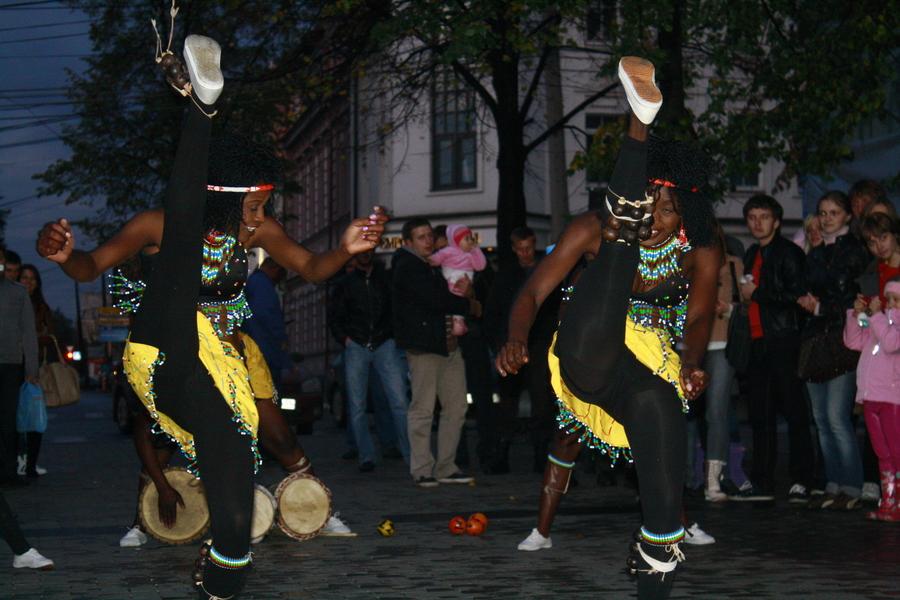 На улицах Перми вчера отплясывали гости из далёкой Африки - фото 4