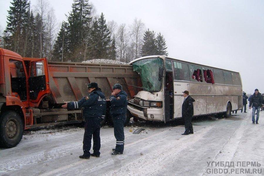 На трассе Кунгур — Соликамск автобус врезался в самосвал