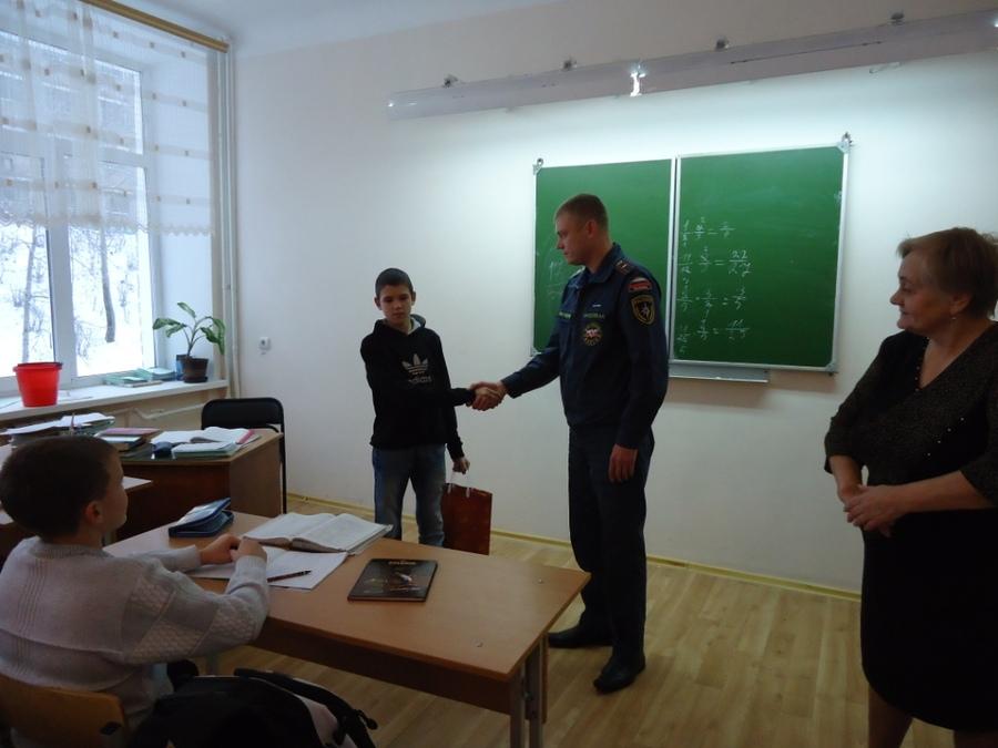 Шестиклассник из Соликамска спас жителей горящего дома - фото 2