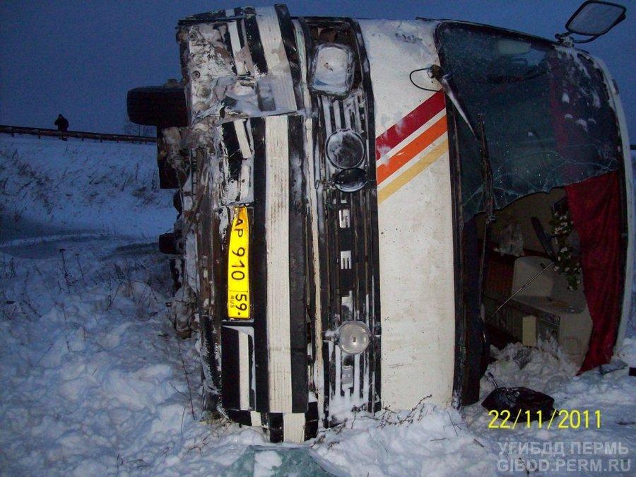 В Очерском районе перевернулся автобус Сетра - фото 1