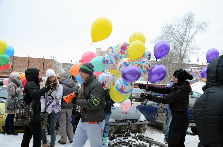 Люди с воздушными шариками захватили пермский сквер