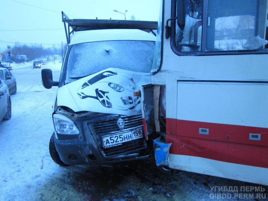В Перми столкнулись Газель и маршрутный автобус