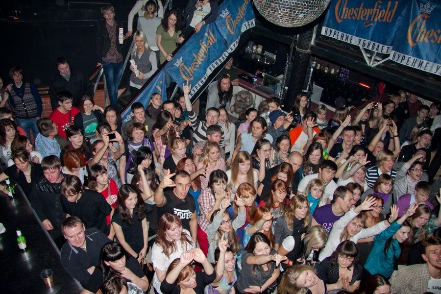 В ночном клубе в Перми сцена размером с двуспальную кровать