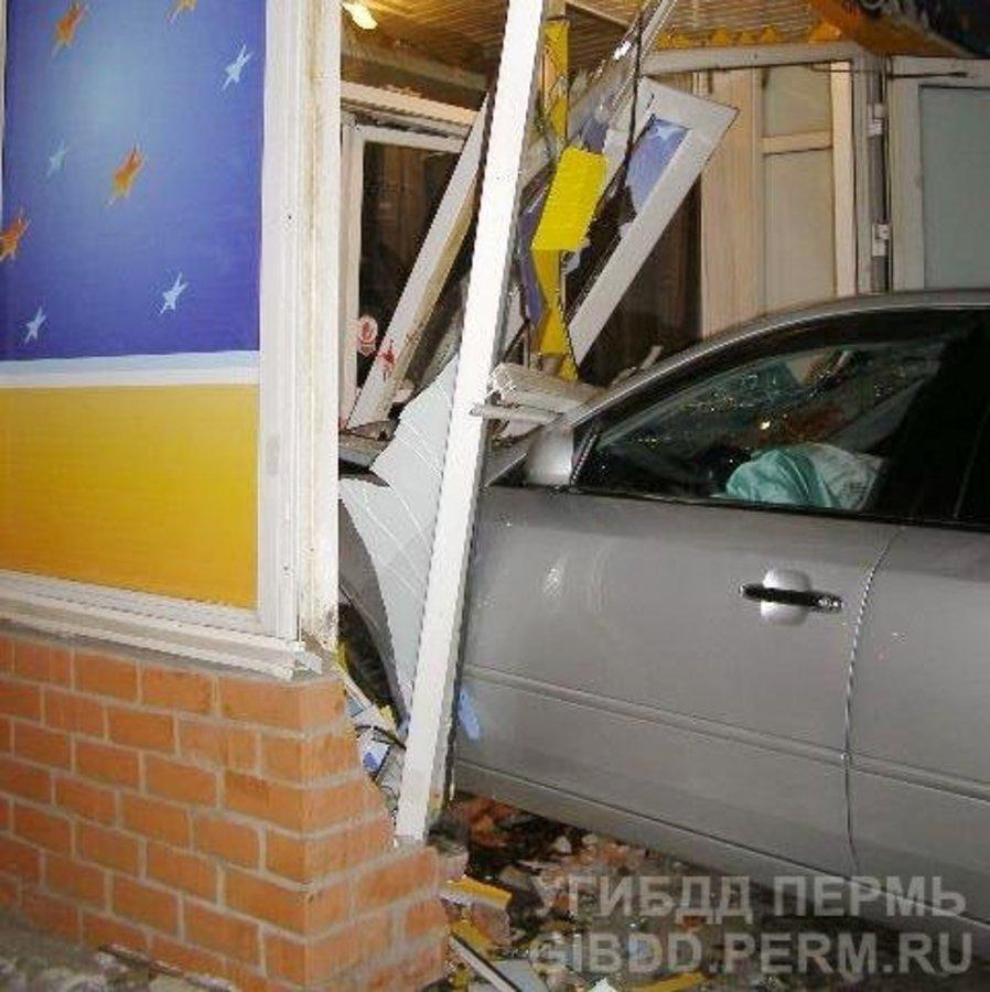 В Перми водитель «семерки» нанес повреждения иномарке, пешеходу и крыльцу - фото 1
