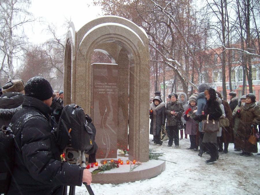 В Перми воздвигли монумент в память о жертвах пожара в «Хромой лошади»