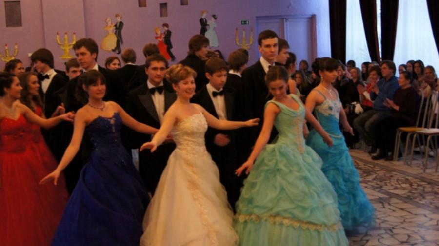 В пермской школе устроили сказочный бал