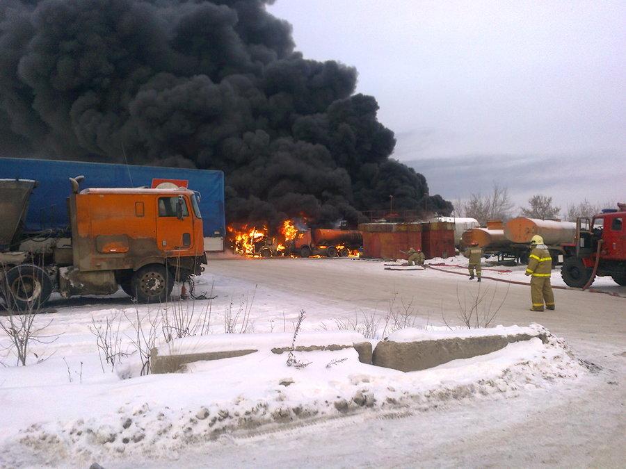 В Перми сотня пожарных 45 минут тушила горящие бензовозы