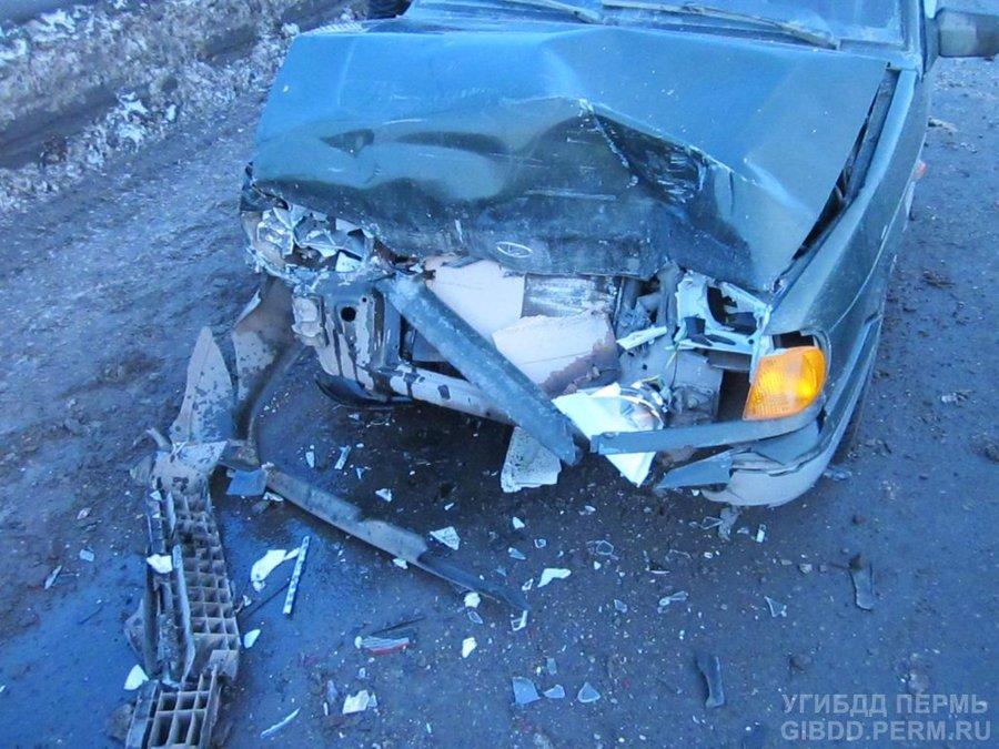В Перми при наезде на стоящий автомобиль пострадал мальчик - фото 1