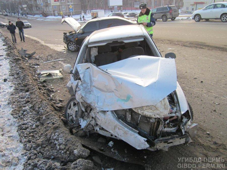 В Перми тяжелые травмы получили два водителя и пассажир