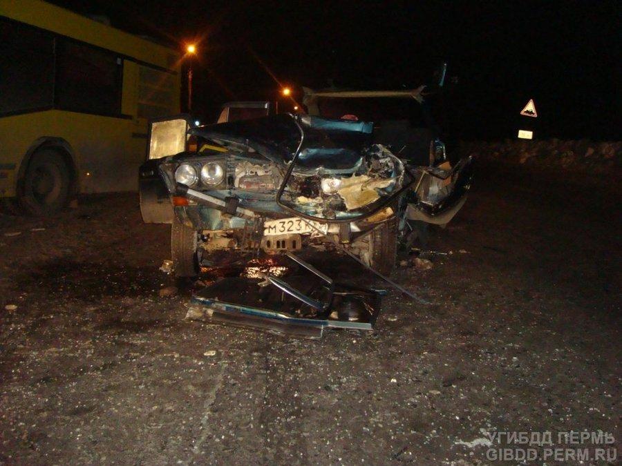 В Перми автобус столкнулся с «шестеркой» - фото 1