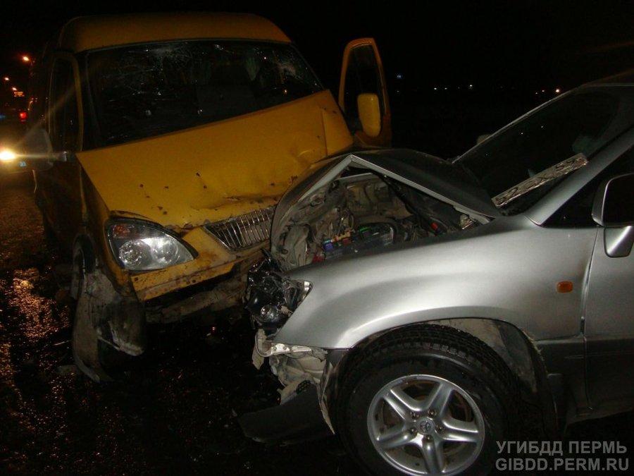 В Кировском районе Перми столкнулись Тойота с Газелью - фото 1