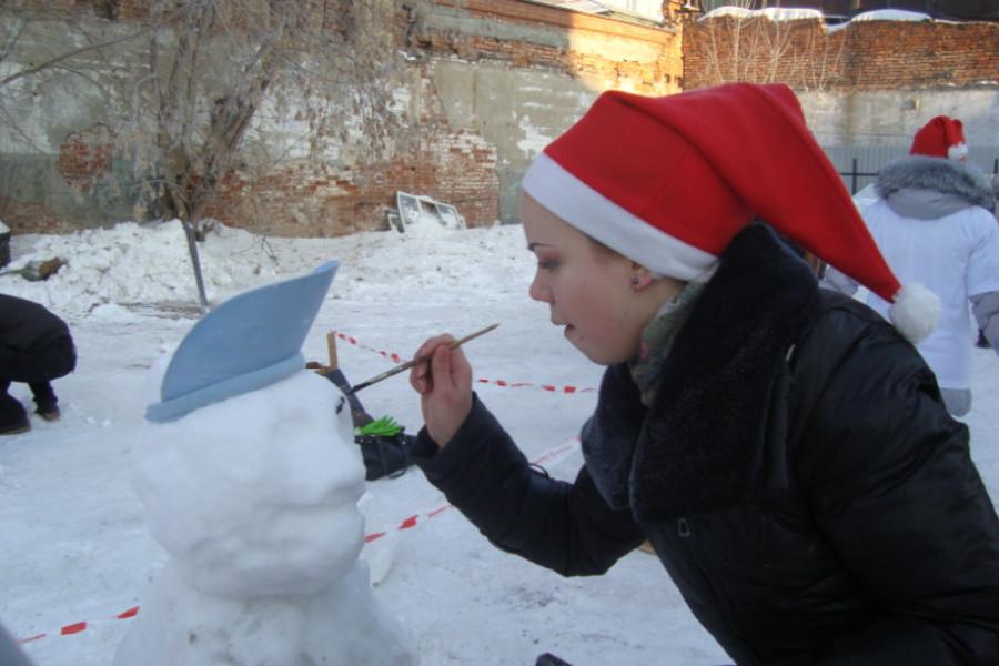 Четыре ледяные Тани обнаружены во дворе института культуры - фото 1