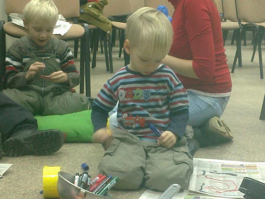 В Перми дети делали зайчиков из скотча