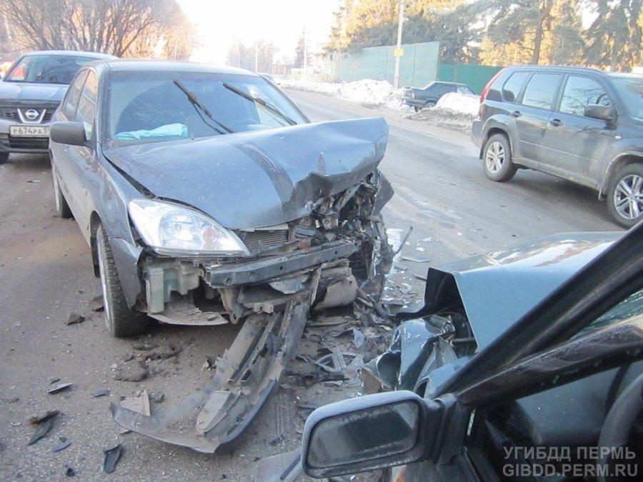 В Свердловском районе Перми водитель ВАЗа совершил неудачный обгон