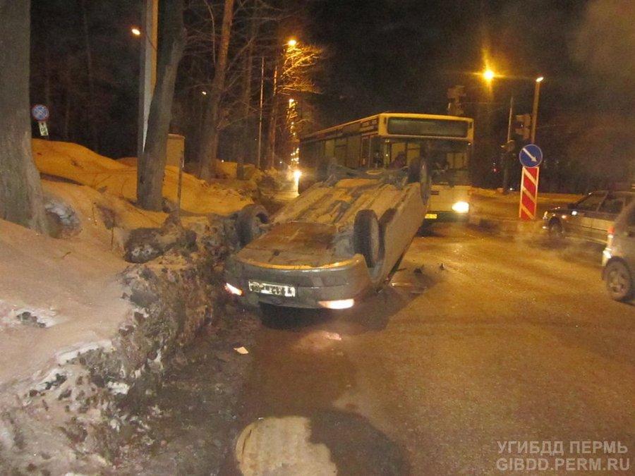 В Перми на Бульваре Гагарина опрокинулся Лансер