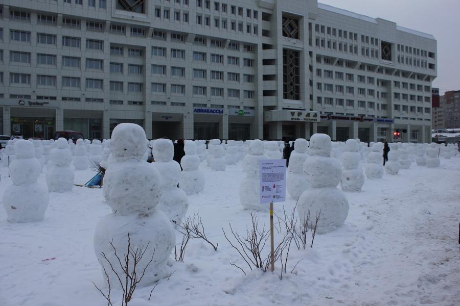 В Пермь пришли 600 снеговиков - фото 1