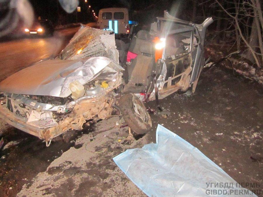 В Перми в столкновении с фонарем погиб молодой водитель ВАЗа - фото 1