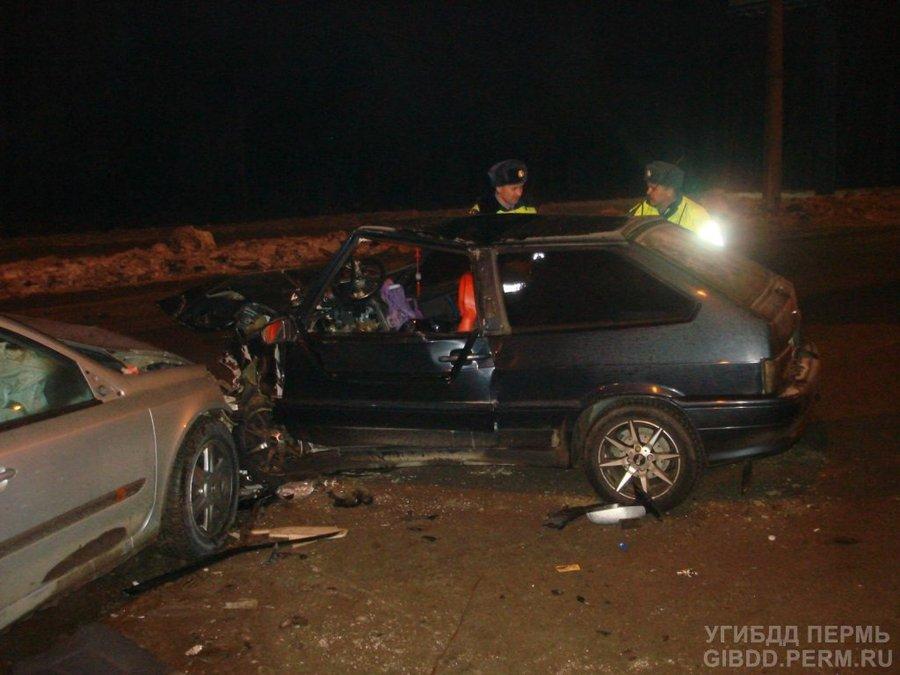 В Перми тяжело ранены водитель и пассажир иномарки