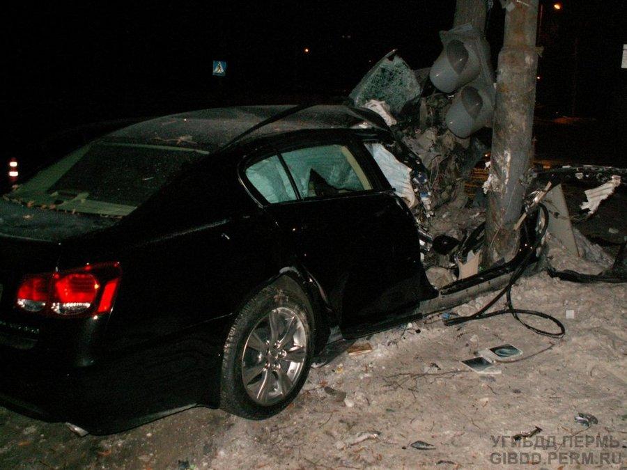 В Перми Лексуc врезался в светофор и дерево
